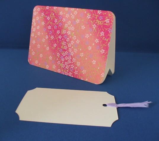 L判写真をセットできるフォトフレームスタンドとしおりカードのセットです。